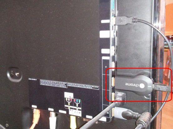 Bei einigen Fernsehern sind die HDMI-Buchsen so weit außen angebracht, dass der Chromecast-Stick mit gut zehn Zentimeter Länge inklusive Kabel seitlich hervorsteht.