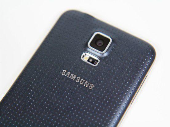 Ein Kritikpunkt des aktuellen Galaxy S5 ist die Kunststoffrückseite