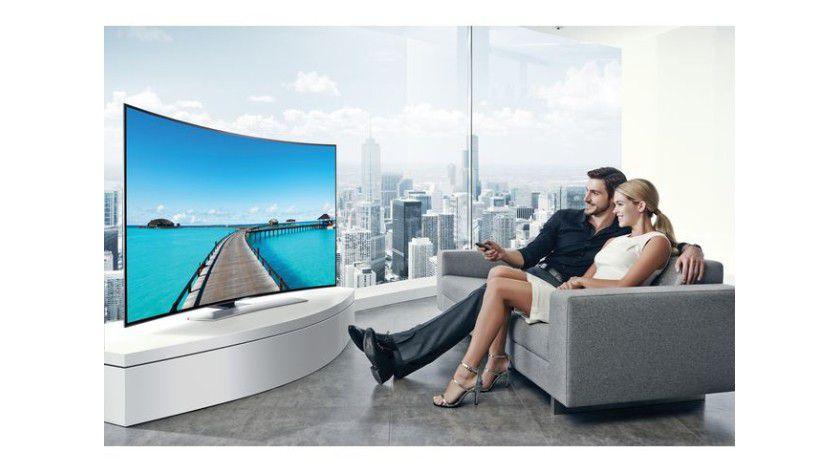 Mittendrin im Geschehen: Da Sie beim gekrümmten Ultra-HD-TV sehr nahe am Schirm sitzen, kommt das einem richtigen Kinofeeling sehr nahe.