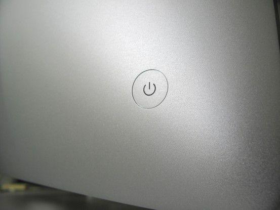 Der Einschalter des iMac liegt gut versteckt auf der Rückseite. Eine optische Statusanzeige für den Ruhezustand fehlt leider.