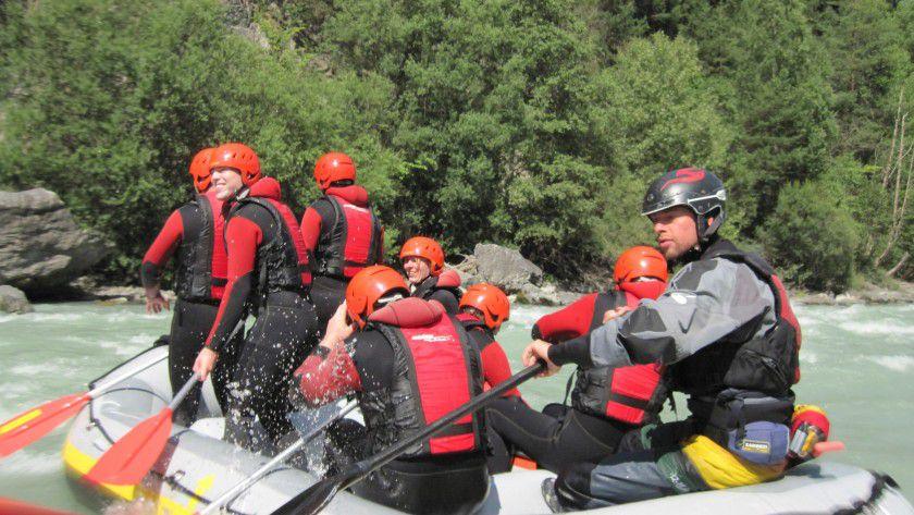 Mit sportlichen Aktivitäten fördern schon kleine IT-Arbeitgeber den Zusammenhalt. Ponturo consulting lädt die Mitarbeiter einmal im Jahr zum Summer Event ein, auf dem Programm stand unter anderem Rafting.