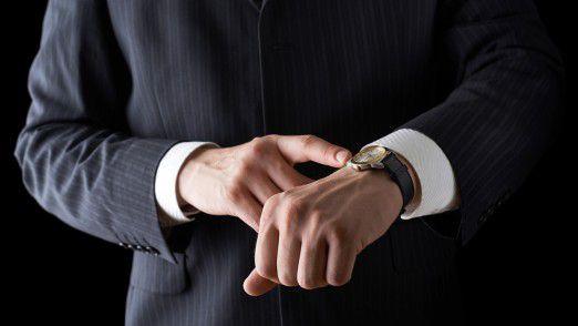 Pünktlich ist für Unternehmensberater selten Schluss. Laut Arbeitszeitmonitor wird in der Beratung am längsten gearbeitet.