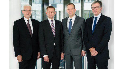 Das neue Materna-Management Helmut Binder (2v.l.) und Ralph Hartwig (2v.r.) flankiert von den Gründern Winfried Materna (links) und Helmut an de Meulen (rechts).
