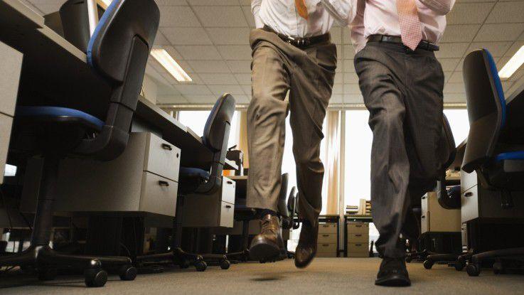 Selten sind Projektmanager und Linienmanager im gleichen Tempo unterwegs. Vor allem im Projekt-management müssen die Entscheidungen oft schneller fallen als es in der Unternehmenshierarchie vorgesehen ist.