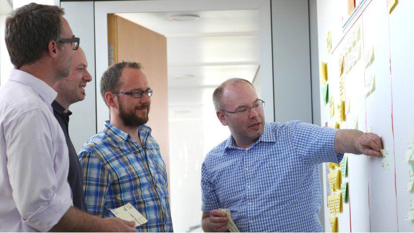 15 Minuten täglich tauschen sich Martin Sturzenhecker (rechts im Bild) und sein Scrum-Team über den Projektstatus aus: Was haben wir gestern geschafft? Was steht heute an? Wo braucht jemand Hilfe?