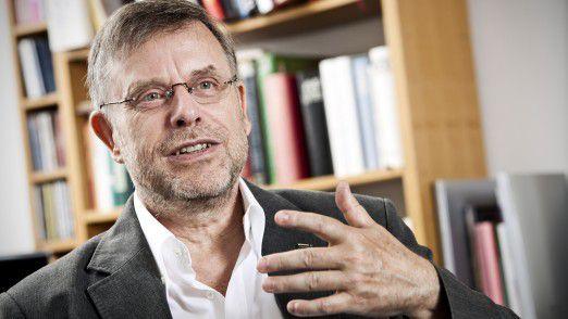 Gunter Dueck war Mathematikprofessor und bis August 2011 Chief Technology Officer bei IBM. Heute arbeitet er als freier Autor, Netzaktivist, Business Angel und Speaker.
