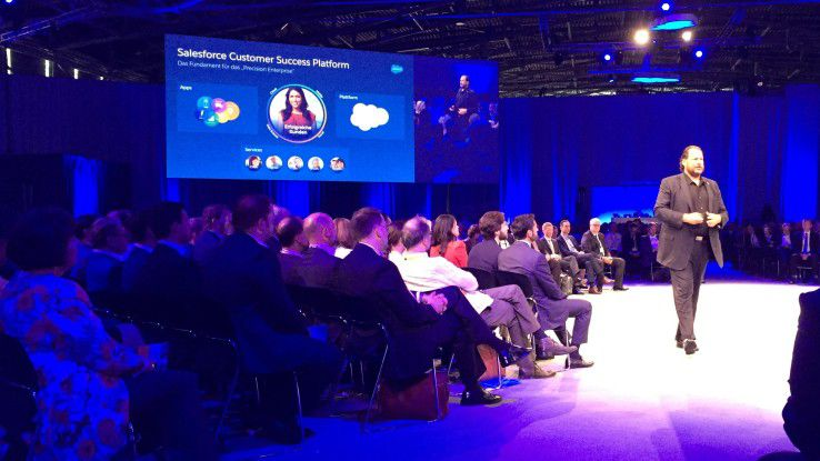 """Salesforce-CEO Marc Benioff beim """"Abschreiten"""" seiner Keynote in München"""