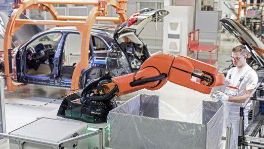 Mensch-Roboter-Kooperation bei Audi: Im Werk Ingolstadt arbeitet der Roboter PART4you (Produktions-Assistent reicht Teil) Hand in Hand mit dem Menschen – ohne Sicherheitsabsperrung und angepasst an den Arbeitstakt des Mitarbeiters.