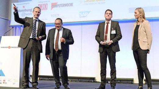 Horst Ellermann, Chefredakteur CIO-Magazin (links), Helmut Krcmar, Professor an der TU München (Mitte) und Carolin Beck vom IDG Verlag ehren Gewinner Lars Hohl (zweiter von rechts).
