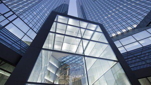 Die Deutsche Bank verlangt von ihren Führungskräften ein Opfer für den teuren Konzernumbau und kürzt die Boni drastisch.