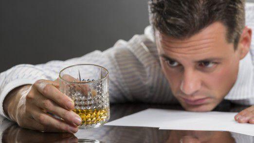 Alkohol am Arbeitsplatz: Experten schätzen, dass jeder fünfte bis zehnte Mitarbeiter in einem Unternehmen einen riskanten oder gar schädlichen Suchtmittelkonsum betreibt.