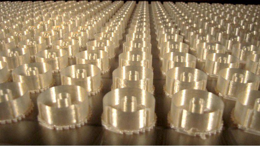 3D-Druck beim Flugzeuginstrumentenbauer Kelly Manufacturing: Die Maschine soll 500 dieser Ringkerngehäuse aus hochtemperaturbeständigem Ultem praktisch über Nacht ausdrucken.
