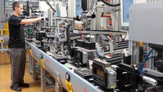 """In der Fabrik der Zukunft teilen die Werkstücke der Maschine mit, wie sie bearbeitet werden """"wollen"""". So können, wie hier in der Multiproduktlinie in Homburg, unter anderem kleine Stückzahlen und individualisierte Produkte effizient gefertigt werden."""
