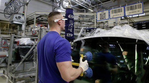 Serieneinsatz der 3D-Datenbrille in der Kommissionierung im Volkswagen-Werk Wolfsburg.