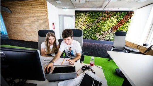 """Der Sportartikelhersteller Adidas hat ein neues Gebäude namens """"Pitch"""" hochgezogen. 300 Mitarbeiter testen aus, wie Menschen in Zukunft arbeiten wollen."""