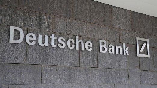 Der Deutsche-Bank-Vorstand denke intensiv über eine Kürzung der variablen Vergütung nach, hieß es.