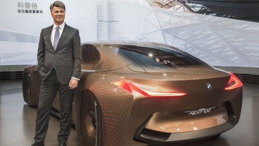 BMW CEO Harald Krüger neben der Studie BMW Vision Next 100.
