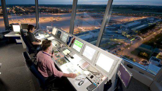 Mitarbeiter im Tower am Münchener Flughafen. Die DFS-IT betreut insgesamt 4800 IT-Arbeitsplätze.