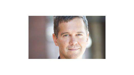 Dr. phil. Stephan Weichert ist Professor für Journalismus und Kommunikationswissenschaft an der Macromedia University mit den Forschungs- und Arbeitsschwerpunkten digitaler Strukturwandel der politischen Öffentlichkeit sowie Innovationskultur in Journalismus und Medien.