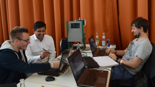 """""""Wir haben für unseren Hackathon extra nach einem Thema gesucht, dass wir auch unseren Chefs erklären können"""", sagte George Kähler (re.) aus der Mobility Division von Siemens. Sein Team baute den Prototypen für einen digitalen Zugsitz."""