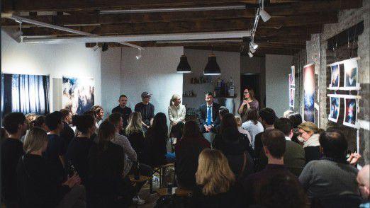 In den Räumen von Cobe diskutierten die Fotokünstler Dominik Martin und Benedikt Matern mit der Galeristin Rosali Wiesheu und dem Marketing-Spezialisten André Gebel (Coma) über Kunst und Social Media. Pamela Zotz moderierte (von links).