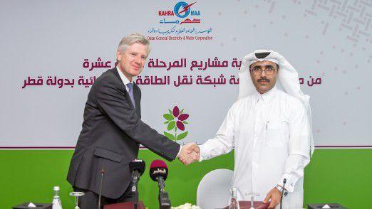 Energy Management CEO Ralf Christian (links) und Essa bin Hilal Al-Kuwari, President von KAHRAMAA, während der Vertragsunterzeichnung.