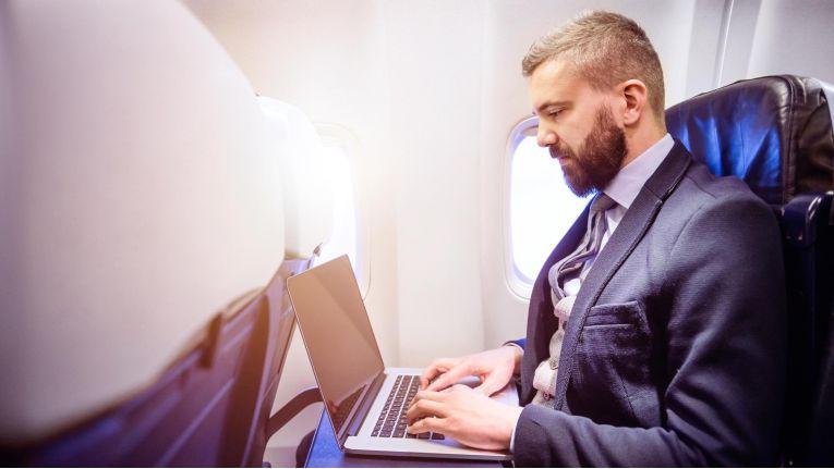 Jeden Tag prasseln viel zu viele Nachrichten auf uns ein. Manch einer nutzt die Zeit im Flieger, um die vielen E-Mails zu lesen und zu beantworten.