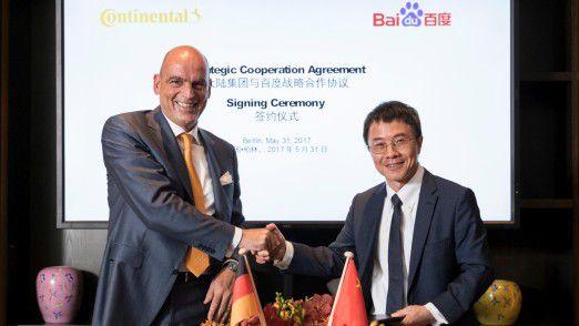 Frank Jourdan (l), Continental-Vorstandsmitglied und Leiter der Division Chassis & Safety, und Qi Lu, Group President und COO von Baidu, nach der Unterzeichnung des Abkommens in Berlin.