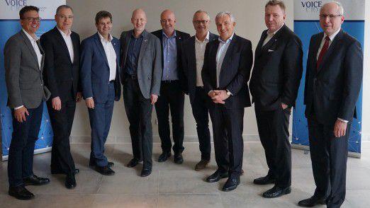 Das neu gewählte Voice-Präsidium (v. l. n. r.): Matthias Behrens (Interims-CIO), Hans-Joachim Popp (stellvertretender Vorsitzender, CIO DLR), Ralf Schneider (Group CIO Allianz), Andreas Rebetzky (CIO Sto AG), Thomas Rössler (CIO Stadtwerke Gießen), Thomas Endres (Vorsitzender, Board Partners Incubator), Michael Müller-Wünsch (IT-Bereichsvorstand Otto GmbH), Joachim Reichel (CIO BSH Hausgeräte), Thorsten Steiling (CIO Solarworld). Auf dem Bild fehlt Karsten Vor (CIO Loh Services).