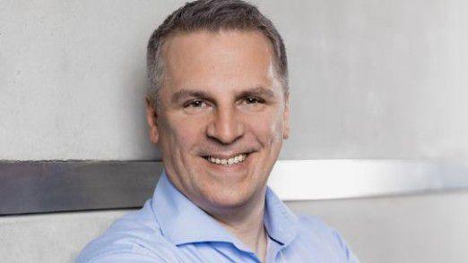 Michael Koch von der Deutschen Bank veranstaltet Führungen durch die Digital Factory - ein Weg, Fachkräfte anzulocken.
