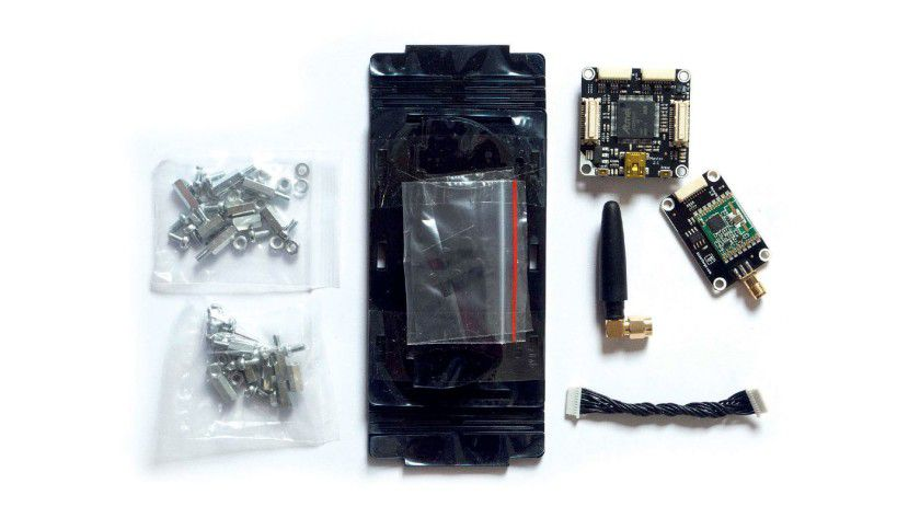 Der knapp 65 Euro teure IoT-Kit von Tinkerforge in Einzelteilen. Das Gehäuse ist hier noch flach zusammengefaltet