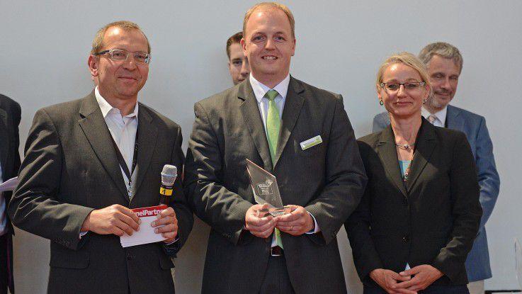 """Michael Joos, Bitbakers, freut sich über den Innovations-Award im Rahmen des """"Best in eCommerce""""-Wettbewerbs 2015."""