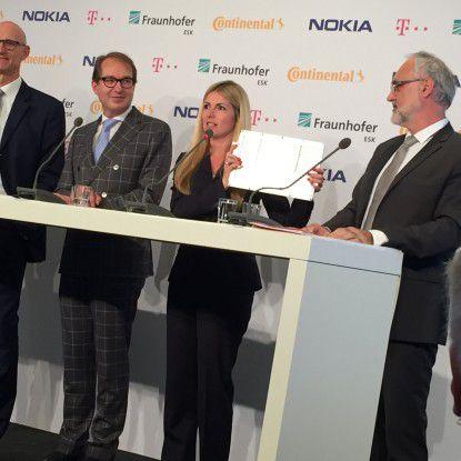 Kathrin Buvac, Chief Strategy Officer von Nokia Networks, zeigt ein Einschubmodul zur Aufrüstung von LTE-Basisstationen.