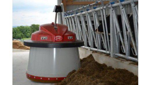 Der Futterschieberoboter Juno 100 von Lely schiebt 24 Stunden am Tag vollautomatisiert das Futter an die Fressgitter der Kühe. Die fühlen sich wohler und im Idealfall steigt die Milchleistung.