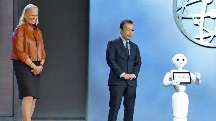 IBM-CEO Virginia Rometty mit dem Softbank-Roboter Pepper