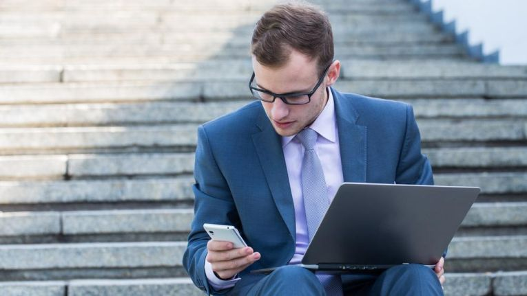 Man sollte zu bestimmten Zeiten auch auf Tablet und Smartphone verzichten aus Respekt seinen Mitmenschen, Kollegen gegenüber.