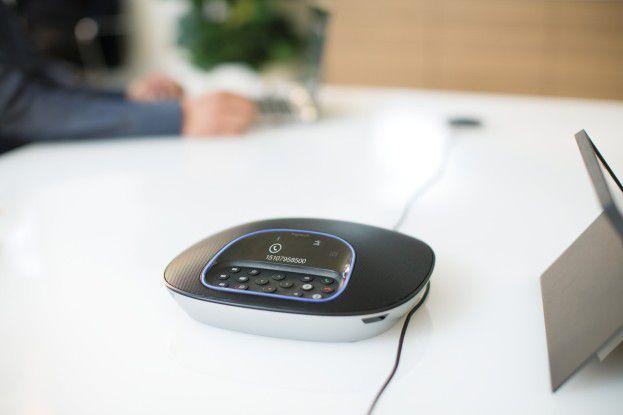Das System besitzt vier omnidirektionale Mikrofone, die im zentralen Speakerphone sitzen.