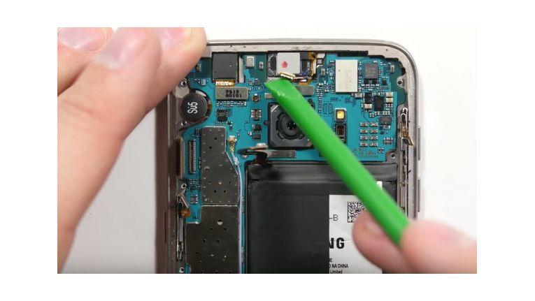 Frisch gekauft wird das Samsung Galaxy S7 zerlegt.