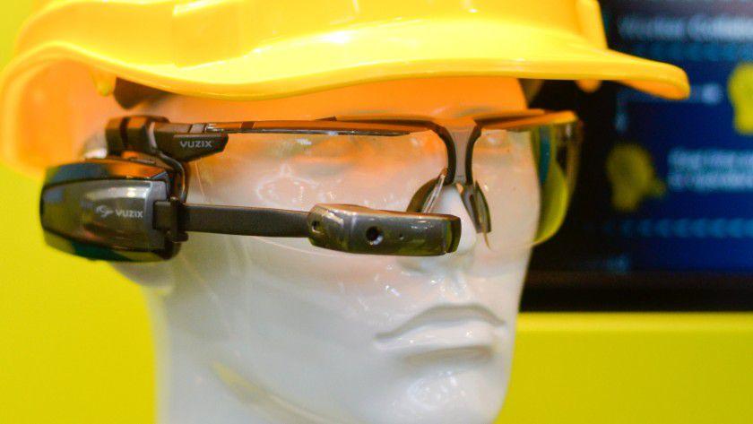 """Der """"Connected Worker"""" ist ein über Sensoren verbundener Arbeiter, der sich beispielsweise während der Montage Informationen über Apps oder eine Datenbrille holt."""