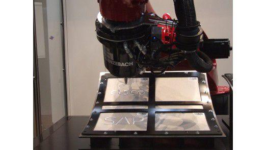 Vernetzte und dank Fog-Computing intelligente Roboter kontrollieren den Erfolg ihrer Arbeit selbst.