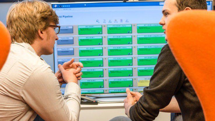 Die Softwareingenieure von QAware können an Diagnosesystemen wie dem Software-EKG ablesen, wie es um die Qualität des Produktes, der zu sanierenden Software, bestellt ist.