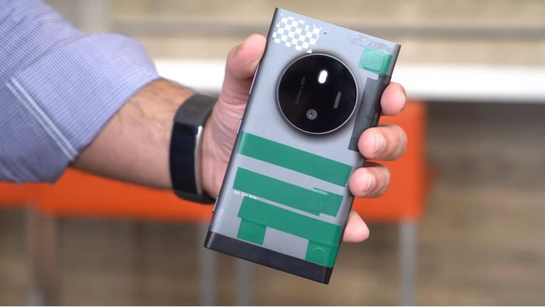 Windows Central hat ein Vorserienmodell des Lumia 1030/935 (Codename McLaren) zugespielt bekommen.