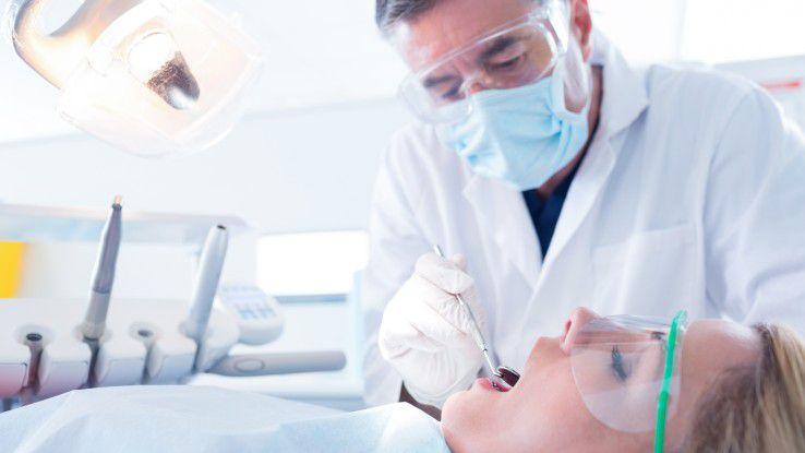 Zahnersatz und andere zahnärtzliche Leistungen wünschen sich Mitarbeiter von einer privaten Krankenzusatzversicherung.