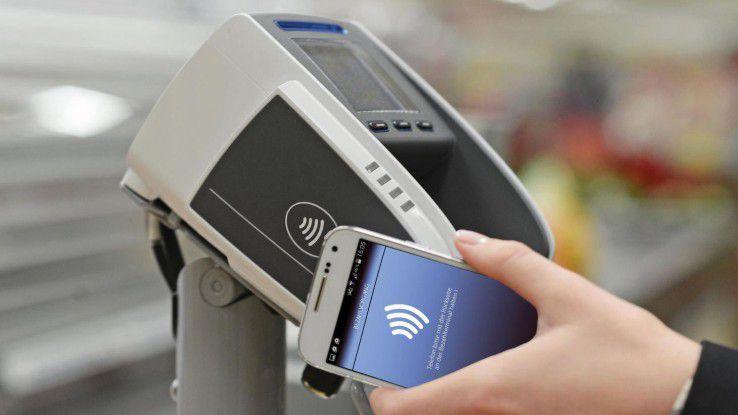Kassenterminals für das kontaktlose Bezahlen - wie hier bei Aldi - werden 2018 flächendeckend verfügbar sein.