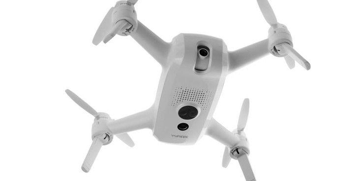 Die 4K-Kamera macht zwar gute Aufnahmen, allerdings fehlt eine Stabilisierung. Auf der Unterseite der Drohne sind Sensoren zum stabilen Indoor-Flug verbaut.