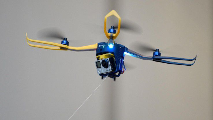 """Komm, kleine Drohne! - der Quadracopter """"Fotokite"""" lässt sich an einer Leine führen."""