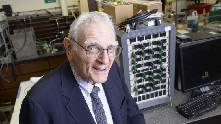 John B. Goodenough, maßgeblich an der Entwicklung der Lithium-Ionen-Akkus beteiligt, hat eine neue Akku-Technologie vorgestellt.