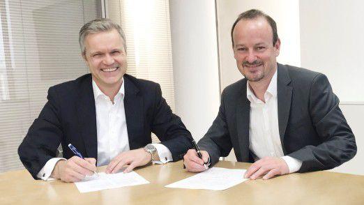 Uwe Beikirch, Vorstand der Baramundi Software AG (links), und Dirk Haft, Vorstand der Wittenstein SE, bei der Vertragsunterzeichnung.