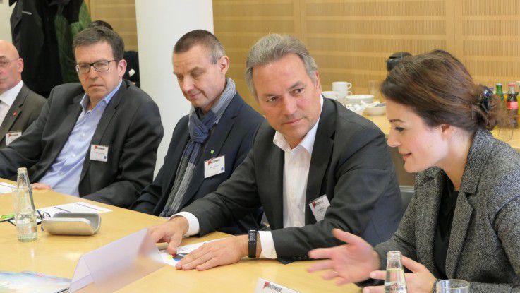 Round-Table-Teilnehmer beim eifrigen Diskutieren (v.l.n.r.): Dr. Ralf Ebbinghaus (Swyx), Markus Fischer (Datev), Carl Mühlner (Damovo) und Sevil Lillyan (Urano).