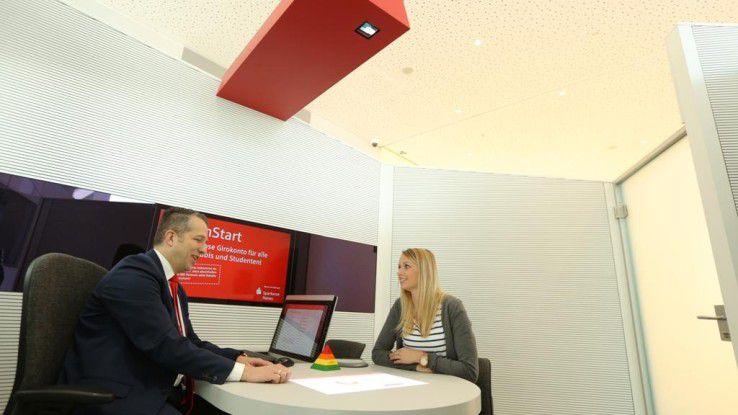 Die Sparkasse Hanau setzt im Rahmen der Digitalisierung auf die Kombination aus persönlichem Beratungsgespräch und moderner Technik.